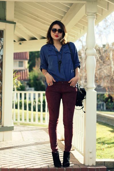 Девушка в джинсовой рубашке и винных джинсах