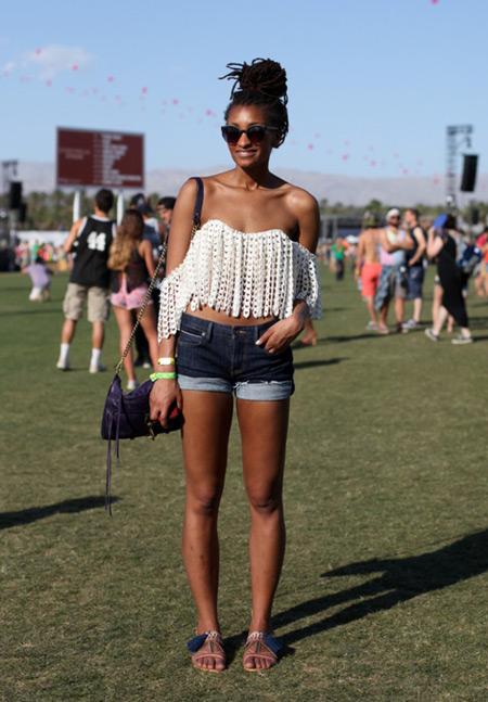 Девушка в джинсовых мини шортах, белый кроп топ и сандалии