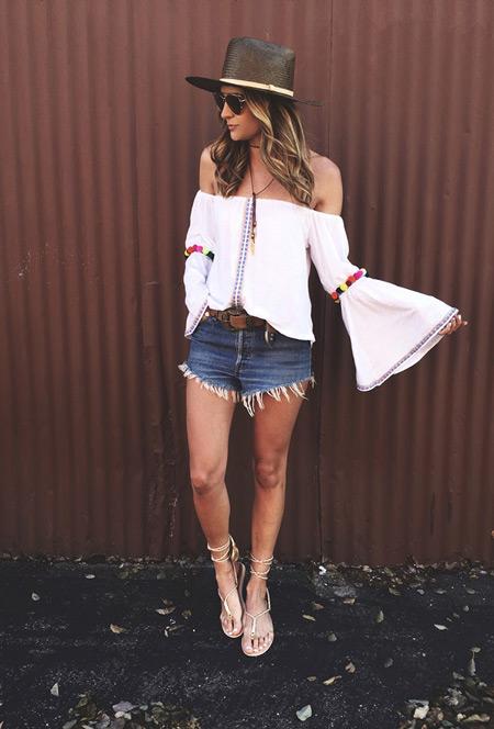 Девушка в джинсовых шортах, блуза с рукавами-клеш, сандалии на завязках