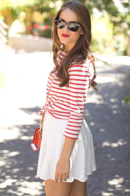 Девушка в елом мини платье и полосатой кофточке