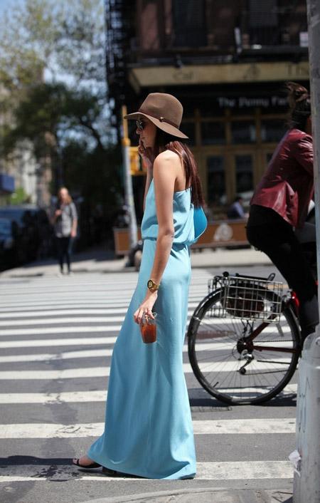 Девушка в голубом сарафане и шляпе