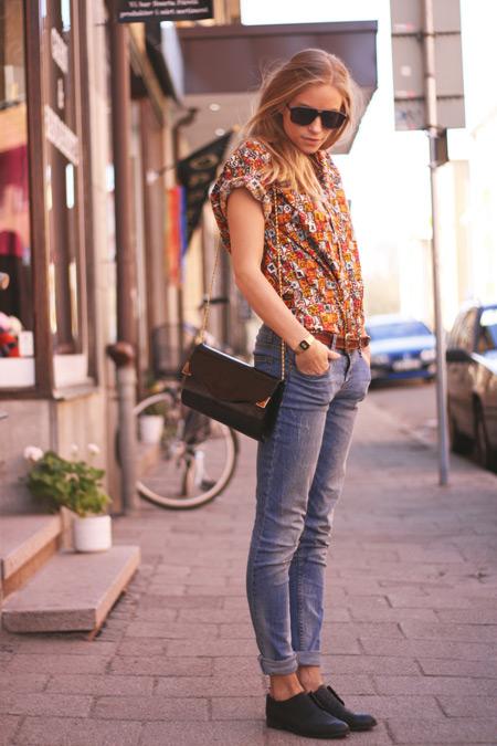 Девушка в голубых джинсах и черных брогах