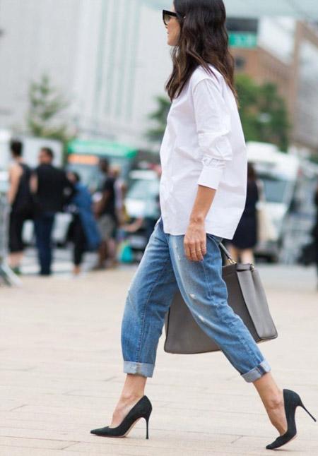 Девушка в голубых джинсах и черных лодочках