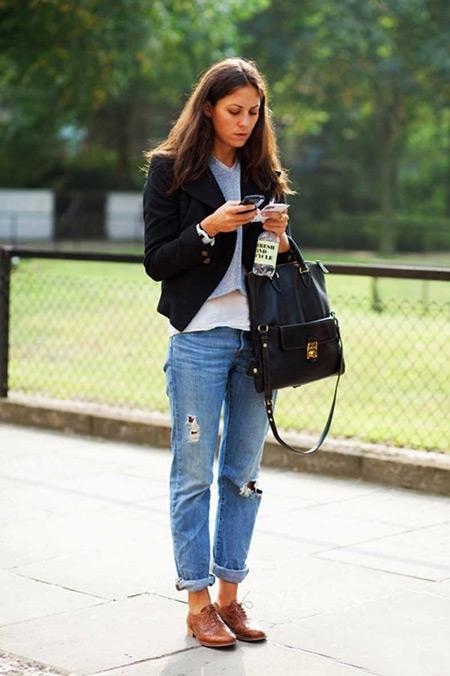 Девушка в голубых джинсах и коричневых брогах