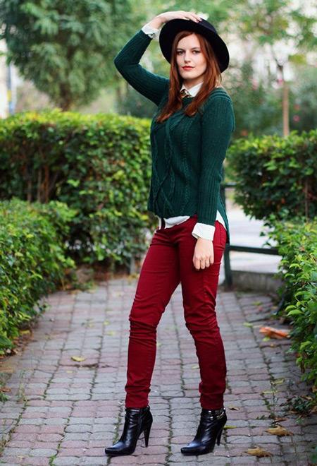 Девушка в изумрудном свитере и бордовых джинсах