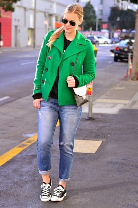 Девушка в изумрудной куртке и кедах