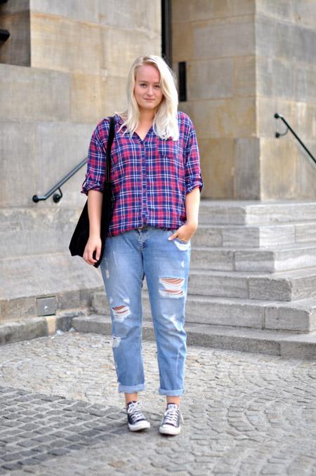 Девушка в клетчатой рубашке и укороченных джинсах