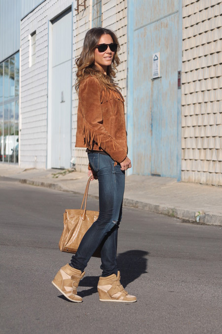 Девушка в коричневой куртке и сникерсах