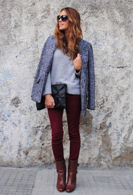 Девушка в коричневых сапогах и бордовых джинсах