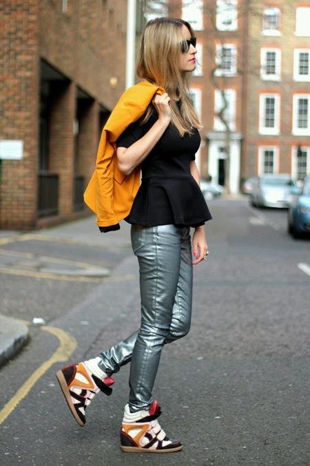 Девушка в кожаных брюках и сникерсах