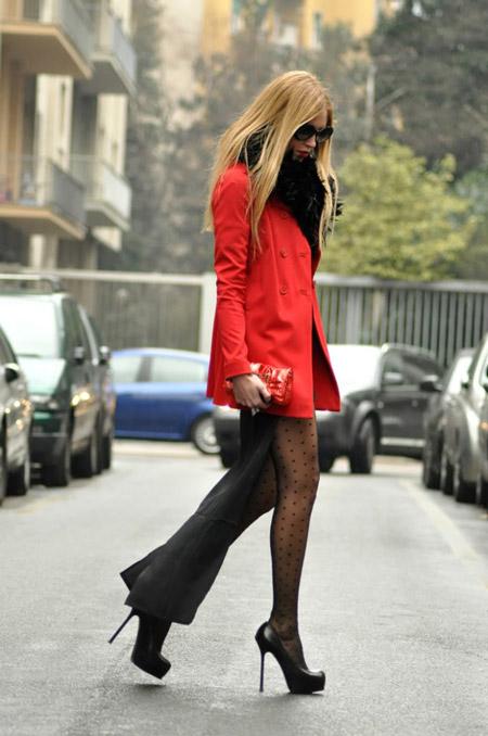 Девушка в красном плаще и черных туфлях
