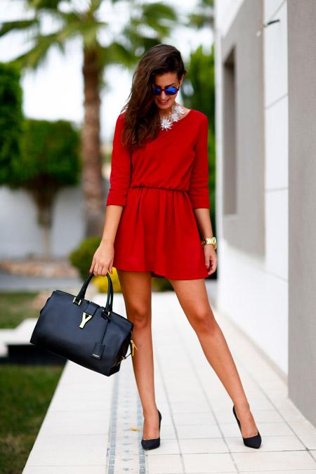 Девушка в красном платье и черных лодочках