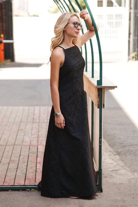 Девушка в легком длинном черном сарафане