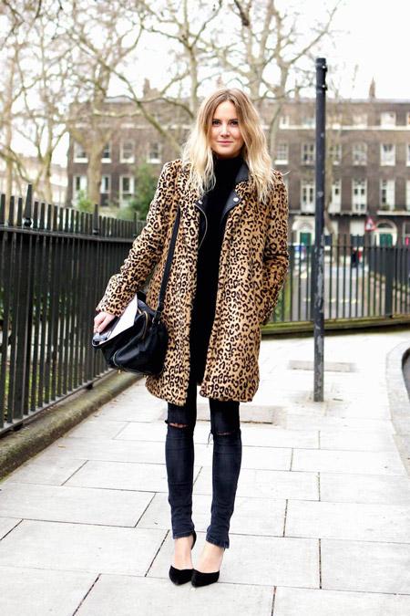 Девушка в леопардовой шубе и черных лодочках