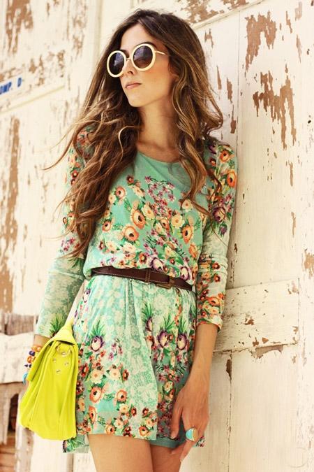 Девушка в нежном платье с цветочным принтом