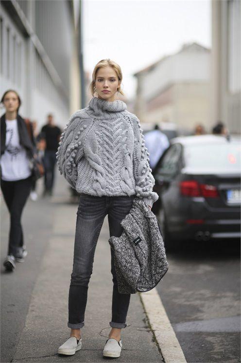 Девушка в объемном сером свитере