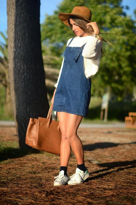 Девушка в объемном свитере и джинсовом сарафане