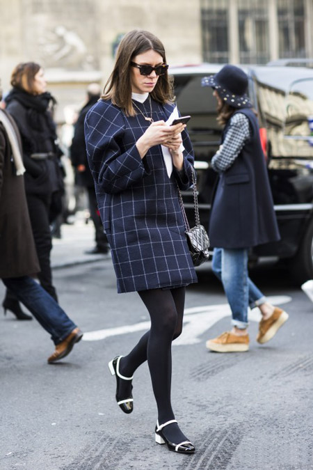 Девушка в пальто и черно-белых туфлях
