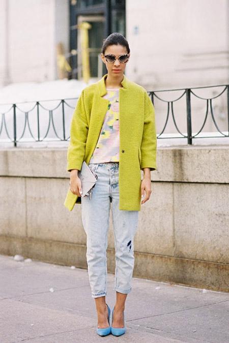 Девушка в пальто и укороченных джинсах