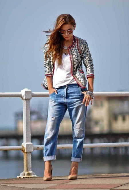 Девушка в песочных лодочках и укороченных джинсах