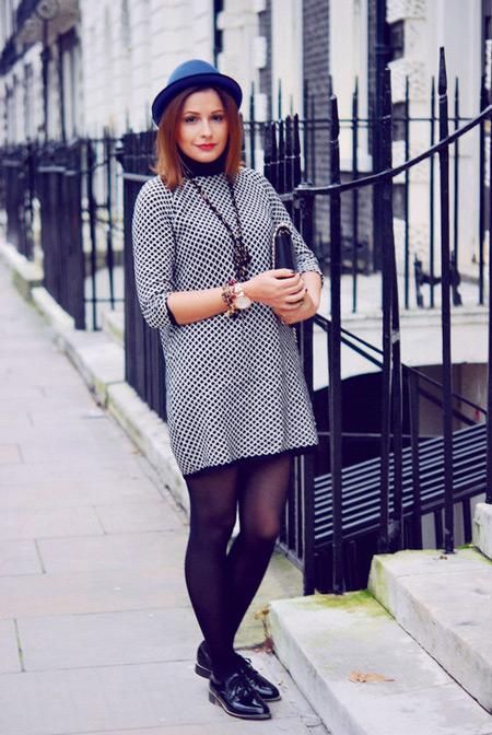 Девушка в платье с рукавами и брогах