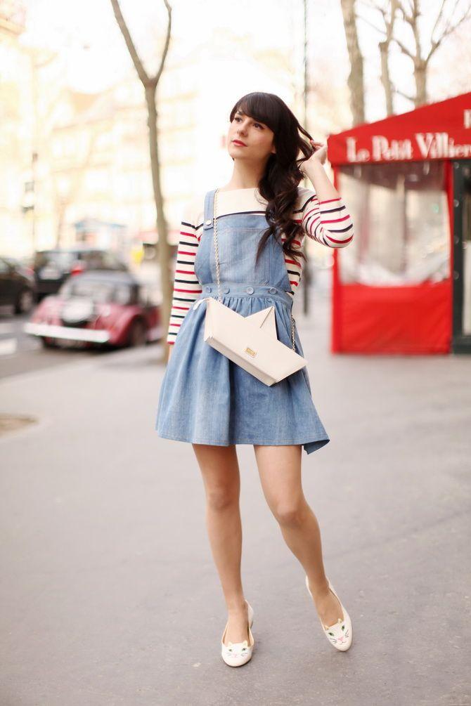 Девушка в полосатом джемпере и джинсовом сарафане
