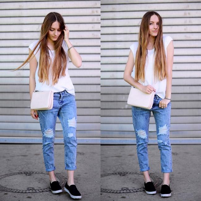 Девушка в потертых джинсах и черных слипонах