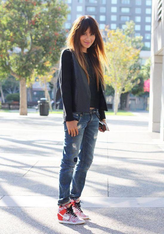 Девушка в потертых джинсах и сникерсах