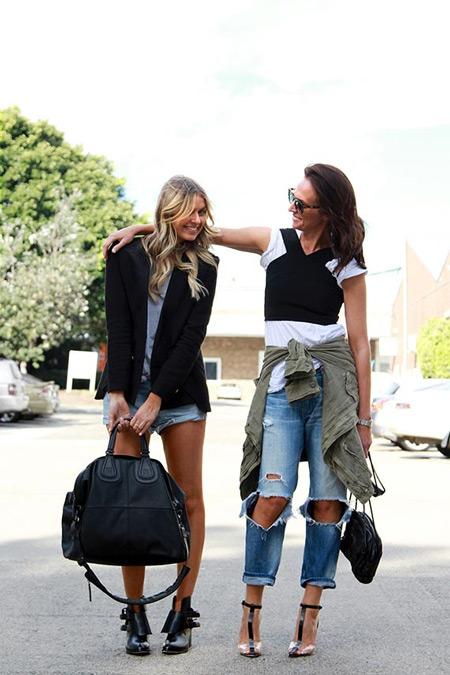 Девушка в рванных джинсах, черно-белая футболка и босоножки
