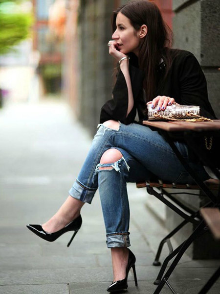 Девушка в рваных джинсах и лакированных туфлях