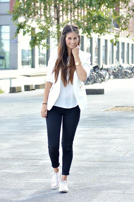 Девушка в рюках, белый топ и пиджак, белые кеды