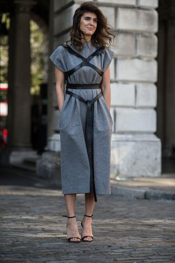 Девушка в сером длинном платье и портупее