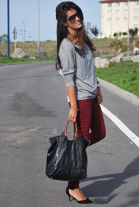 Девушка в сером джемпере и бордовых джинсах