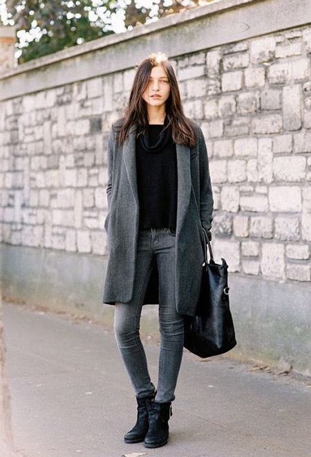 Девушка в сером кардигане и серых джинсах