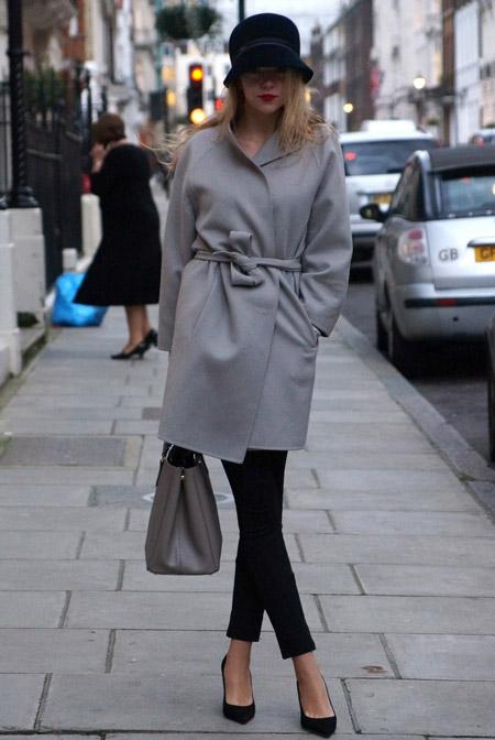 Девушка в сером пальто и черных лодочках