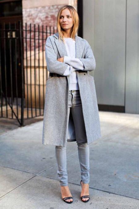 Девушка в сером пальто и серых джинсах