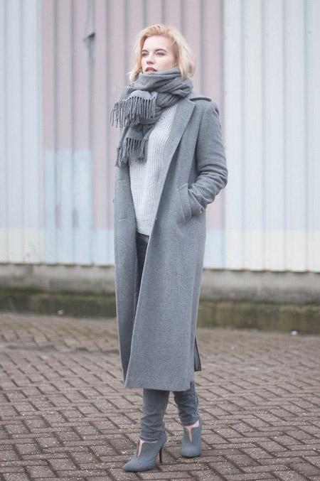 Девушка в сером пальто и светло-серых джинсах