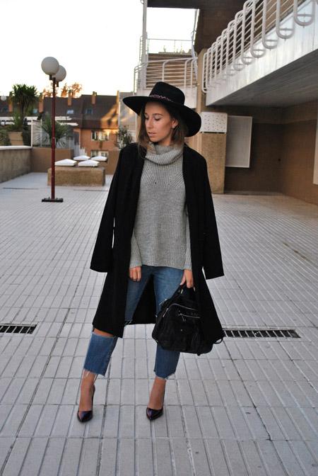 Девушка в сером свитере и черных лодочках