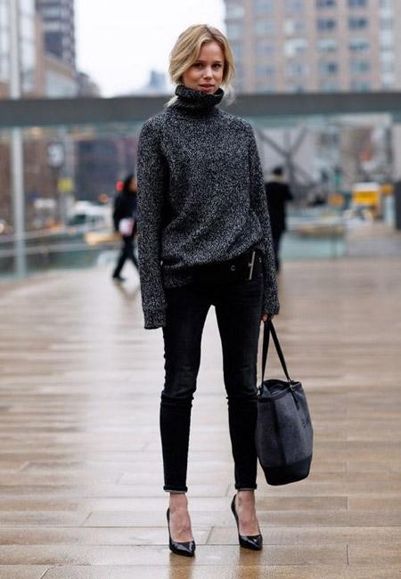 Девушка в сером свитере и лакированных туфлях