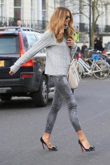Девушка в сером свитере и серых джинсах