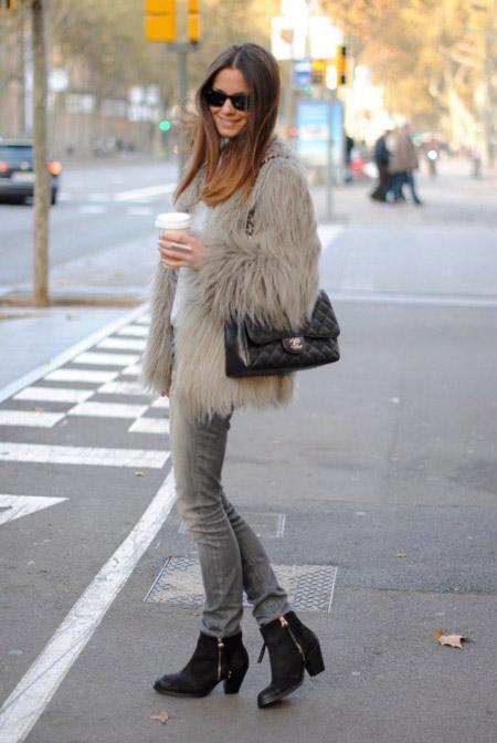 Девушка в серой шубке и серых джинсах