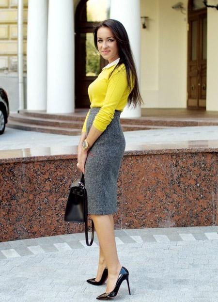 Девушка в серой юбке и лакированных туфлях