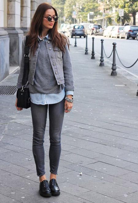 Девушка в серых джинсах и джемпере
