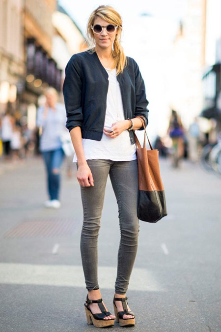 Девушка в серых джинсах и куртке