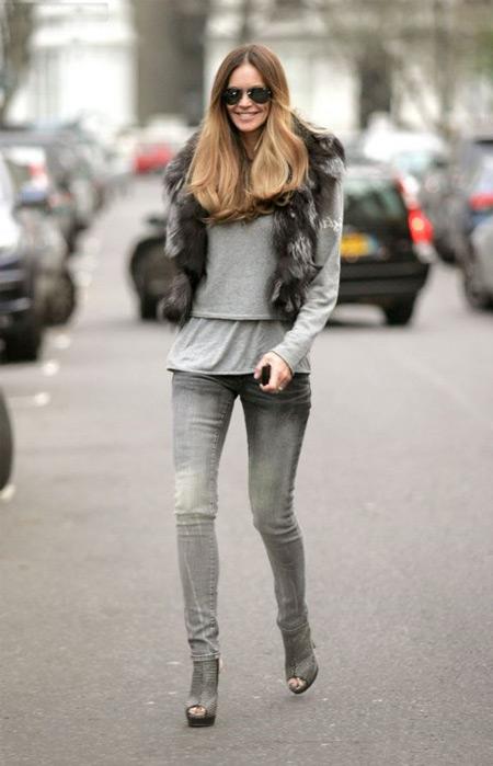 Девушка в серых джинсах и серой обуви