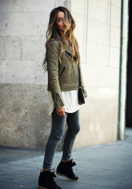 Девушка в серых джинсах и сникерсах