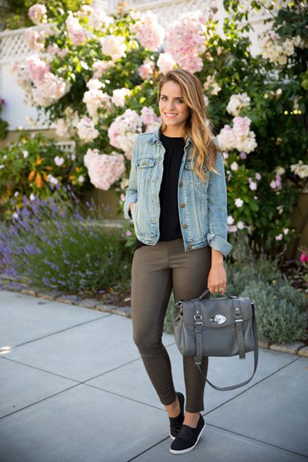 Девушка в серых лосинах, черная футболка, джинсовка и серая сумка