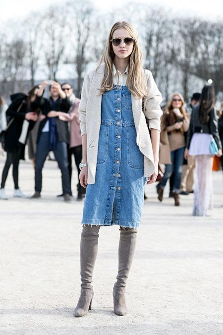Девушка в серых сапогах и джинсовом сарафане