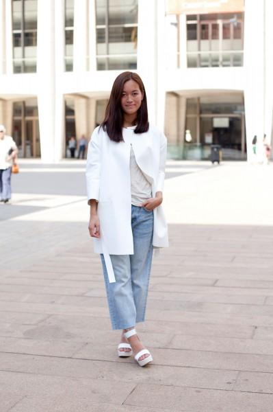 Девушка в широких укороченных джинсах