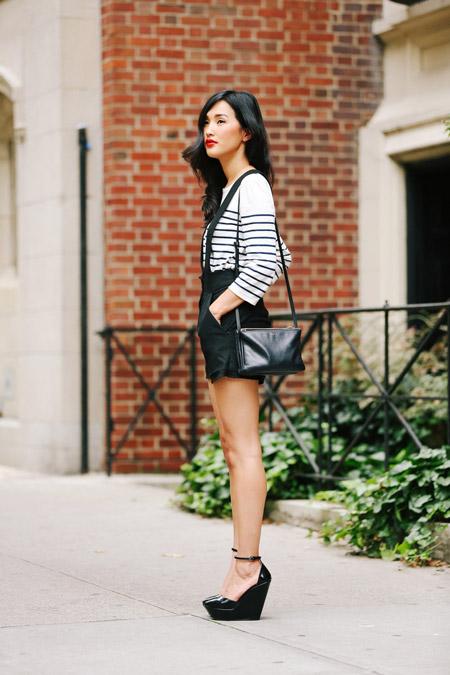 Девушка в шортах и туфлях на танкетке